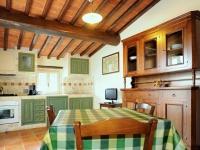Una cucina soggiorno di una casa vacanze