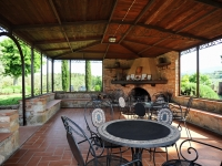 Tavoli e sedie nel gazebo nel giardino